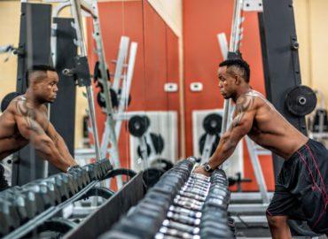Pompki, przysiady i brzuszki – podstawowe ćwiczenia